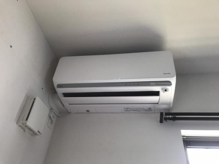 エアコンの室内機を左にずらして取り付け