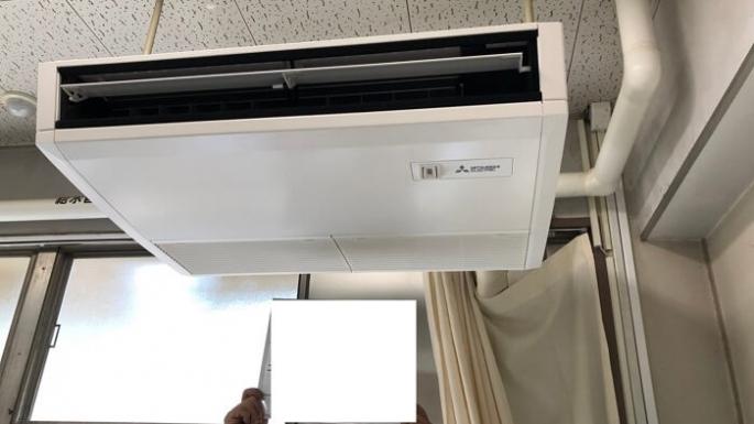 学生の多い施設で天吊り型エアコンの取り付け工事